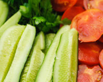 Rozsypisko wiele pomidoru i ogórka cięcia Zdjęcia Stock