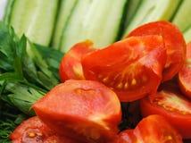 Rozsypisko wiele pomidoru i ogórka cięcia Fotografia Stock