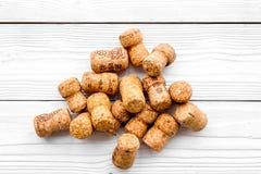 Rozsypisko wino butelki korki na białego drewnianego tła odgórnym widoku Zdjęcie Royalty Free