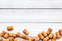 Rozsypisko wino butelki korki na białym drewnianym tło odgórnego widoku copyspace Obrazy Royalty Free