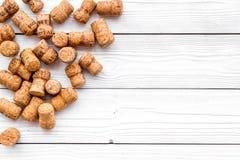 Rozsypisko wino butelki korki na białym drewnianym tło odgórnego widoku copyspace Fotografia Stock