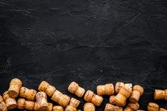 Rozsypisko wino butelki korki na czarnym tło odgórnego widoku copyspace Obraz Royalty Free