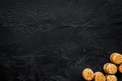Rozsypisko wino butelki korki na czarnym tło odgórnego widoku copyspace Obraz Stock