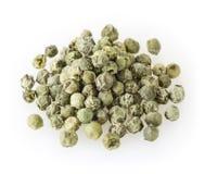 Rozsypisko zieleni peppercorns odizolowywający na bielu Obraz Stock