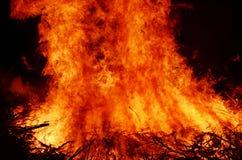 Rozszalałego gorącego ogniska pomarańczowa czerwień płonie przy nocą Zdjęcia Stock