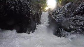 Rozszalały czysty świeży halny rzeczny spływanie między skałami w zwolnionym tempie 1920x1080 zdjęcie wideo