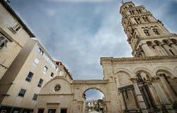 Rozszczepiona historyczna centrum katedra z dzwonkowy wierza widokiem Diocletian pałac UNESCO światowego dziedzictwa miejsce w ro Obrazy Stock