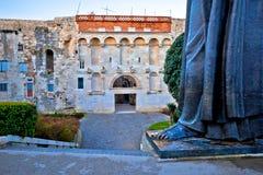 Rozszczepiona stara grodzka brama i Grgur Ninski statua kciuka sławny widok fotografia stock