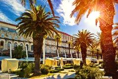 Rozszczepione główne nabrzeża przejścia palmy i architektura obrazy royalty free