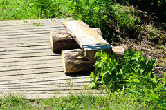 Rozszczepionej beli drewniana ławka na boardwalk śladzie zdjęcie stock