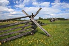 Rozszczepiony Sztachetowy ogrodzenie Pod niebieskim niebem Zdjęcie Stock