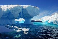 Roztapiająca góra lodowa