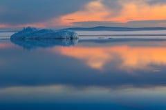 Roztapiająca góra lodowa na wiosny halnym jeziorze w położenia słońcu Obrazy Royalty Free
