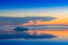 Roztapiająca góra lodowa na wiosny halnym jeziorze w położenia słońcu Fotografia Royalty Free