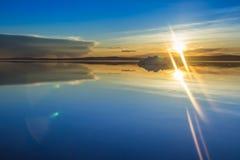 Roztapiająca góra lodowa na wiosny halnym jeziorze w położenia słońcu Zdjęcie Stock