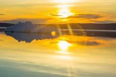 Roztapiająca góra lodowa na wiosny halnym jeziorze w położenia słońcu Obrazy Stock