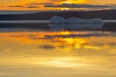 Roztapiająca góra lodowa na wiosny halnym jeziorze w położenia słońcu Zdjęcie Royalty Free