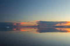 Roztapiającej wiosny halny jezioro w położenia słońcu Obrazy Stock