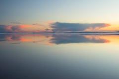 Roztapiającej wiosny halny jezioro w położenia słońcu Zdjęcie Royalty Free