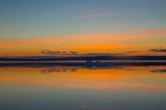 Roztapiającej wiosny halny jezioro w położenia słońcu Fotografia Stock