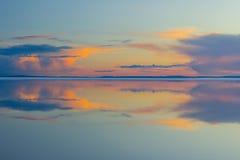 Roztapiającej wiosny halny jezioro w położenia słońcu Zdjęcia Royalty Free