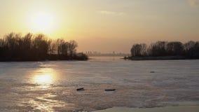 Roztapiający lód na rzece w wiośnie zbiory wideo