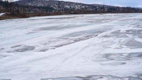 Roztapiający lód na rzecznym odgórnym widoku zdjęcie wideo