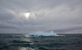Roztapiająca góra lodowa w Arktycznym oceanie Obraz Royalty Free
