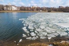Roztapiający lód na wiosny jeziorze Obrazy Royalty Free