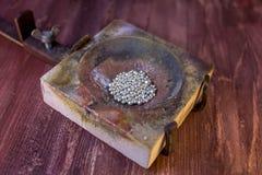 Roztapiający naczynie z srebnymi granulami Obraz Royalty Free