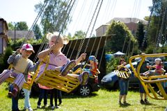 Roztoky Tjeckien, 11 Juli, flickor på karusell Royaltyfri Foto