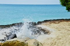 Roztrzaskiwać skały przy plażą fotografia royalty free