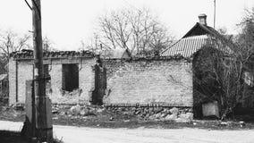 Roztrzaskujący szklany okno z starą drewnianą ramą na grunge ścianie uszkadzał dom obraz royalty free