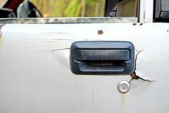 Roztrzaskująca stara brudna samochodowa rękojeści powierzchowność w roczniku stylesmashed starą brudną samochodową rękojeści powi obrazy stock