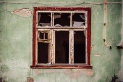 Roztrzaskujący szklany okno z starą drewnianą ramą Obrazy Stock