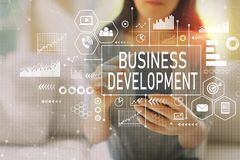 Rozwój biznesu z kobietą używa smartphone zdjęcie royalty free