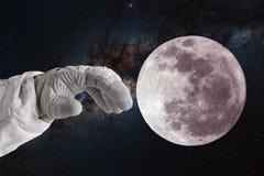 Rozwój księżyc, pojęcie Ręka astronauta astronauta ciągnie jego rękę księżyc Obraz Royalty Free