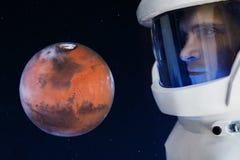 Rozwój Mars, pojęcie Astronauta, patrzeje planetę Mars Elementy ten wizerunek meblujący NASA fotografia stock
