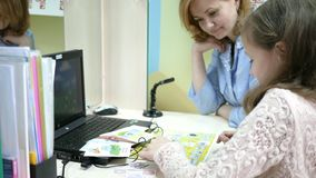 Rozwój mowa język, dziecka ` s doctorcorrect przyjęcie, wymawianie słowa i listy, mowa terapeuta zdjęcie wideo