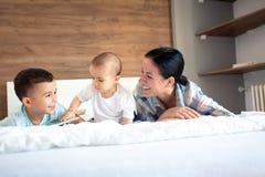Rozwój zaufanie między matką i jej dziećmi obrazy stock