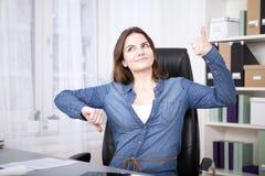Rozważna Biurowa kobieta Pokazuje kciuki W górę i na dół Zdjęcie Stock