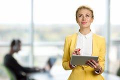 Rozważna biznesowa dama z cyfrową pastylką zdjęcie royalty free