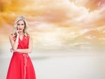 Rozważna blondynka jest ubranym czerwieni suknię Zdjęcie Stock