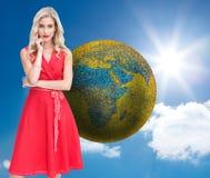 Rozważna blondynka jest ubranym czerwieni suknię Zdjęcia Royalty Free