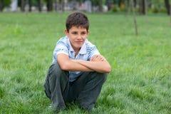 rozważna chłopiec trawa zdjęcie stock