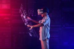 Rozważna chłopiec używa alternatywną rzeczywistość podczas gdy tworzący hologram obraz stock