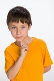 Rozważna chłopiec w żółtej koszula zdjęcia stock
