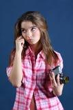 Rozważna dziewczyna trzyma starą kamerę i patrzeje up fotografia stock