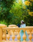 Rozważna dziewczyna w błękitnej rocznik sukni czyta historię miłosną obrazy royalty free