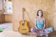 Rozważna dziewczyna z gitarą Zdjęcie Stock